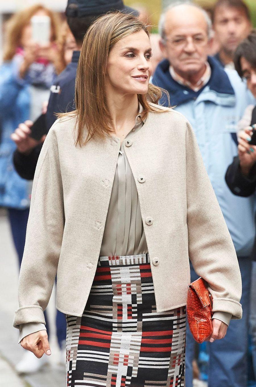 Détail de la partie haute de la jupe de la reine Letizia d'Espagne le 18 octobre 2016