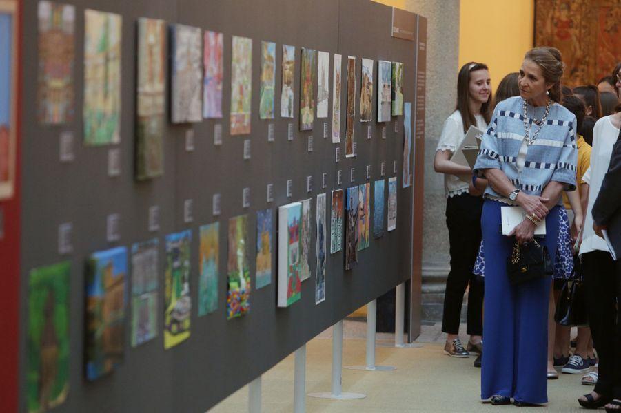 La princesse Elena d'Espagne remet les prix d'un concours de peintures à Madrid, le 8 juin 2017