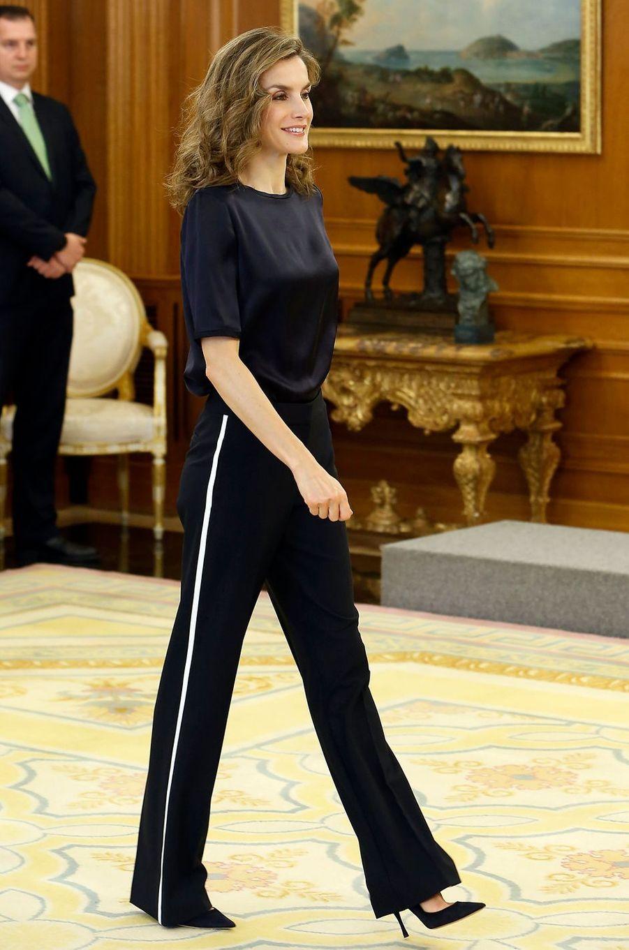 La reine Letizia d'Espagne s'affiche dans un pantalon à bandes à Madrid, le 27 octobre 2016