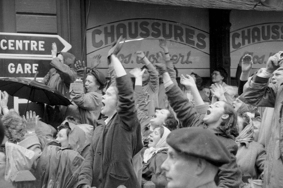La foule en liesse le jour du mariage du grand-duc héritier Jean de Luxembourg et de la princesse Joséphine-Charlotte de Belgique, le 9 avril 1953