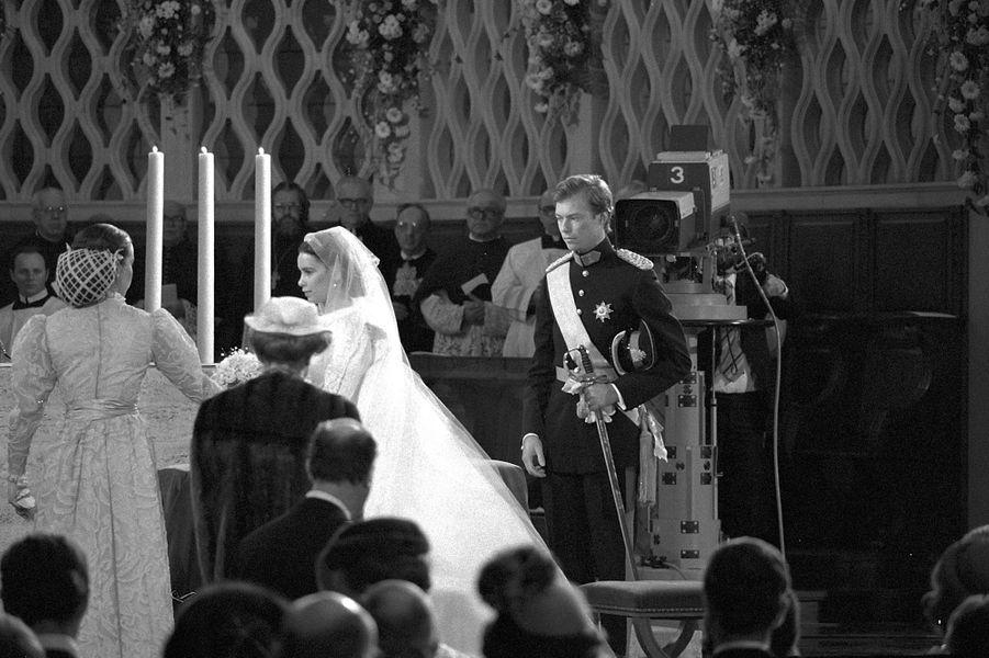 Le prince héritier Henri de Luxembourg et Maria Teresa Mestre dans la cathédrale de Luxembourg le 14 février 1981, jour de leur mariage