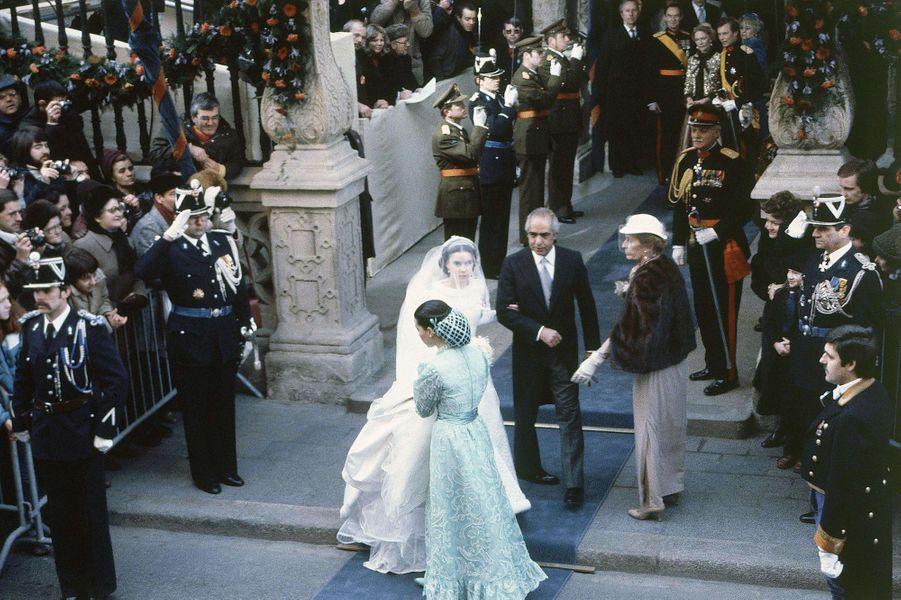 Le prince héritier Henri de Luxembourg, avec sa mère, et Maria Teresa Mestre au bras de son père le 14 février 1981, jour de leur mariage