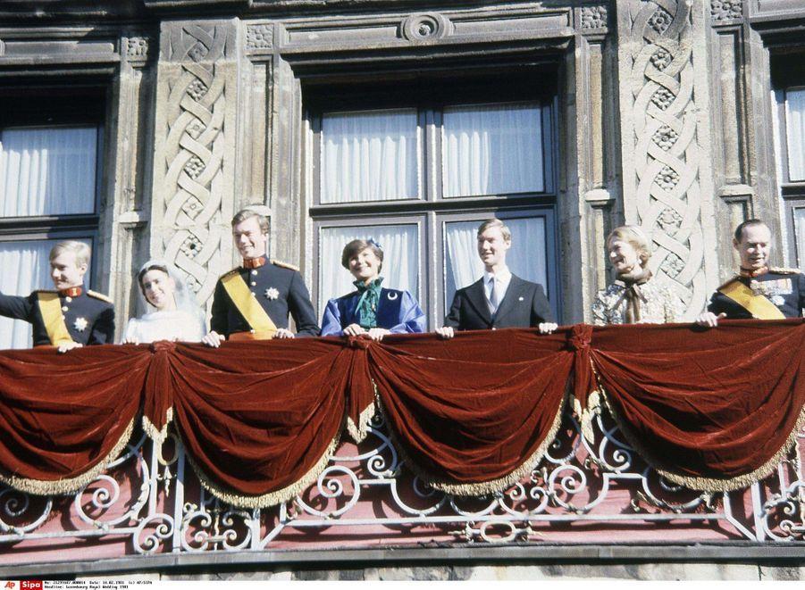 Le prince héritier Henri de Luxembourg et Maria Teresa Mestre avec leurs témoins et leurs familles le 14 février 1981, jour de leur mariage