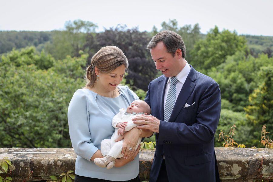 Le prince Charles de Luxembourg avec ses parents le grand-duc héritier Guillaume et la grande-duchesse héritière Stéphanie. Photo dévoilée le 22 juin 2020