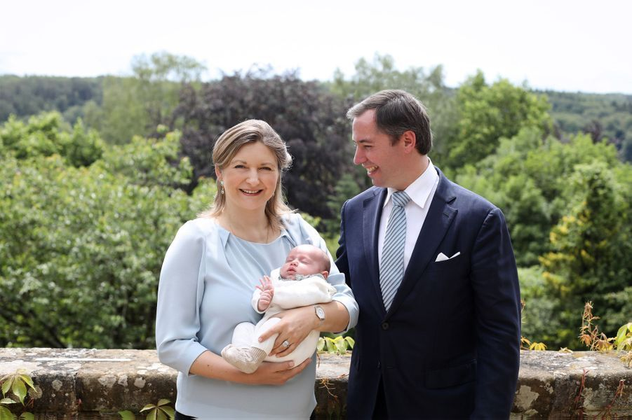 Le prince Charles de Luxembourg avec ses parents le prince héritier Guillaume et la princesse Stéphanie. Photo dévoilée le 22 juin 2020