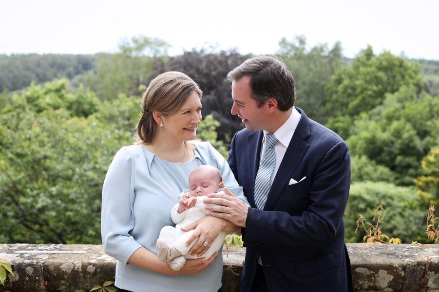 Le prince Charles de Luxembourg avec ses parents la princesse Stéphanie et le prince héritier Guillaume. Photo dévoilée le 22 juin 2020