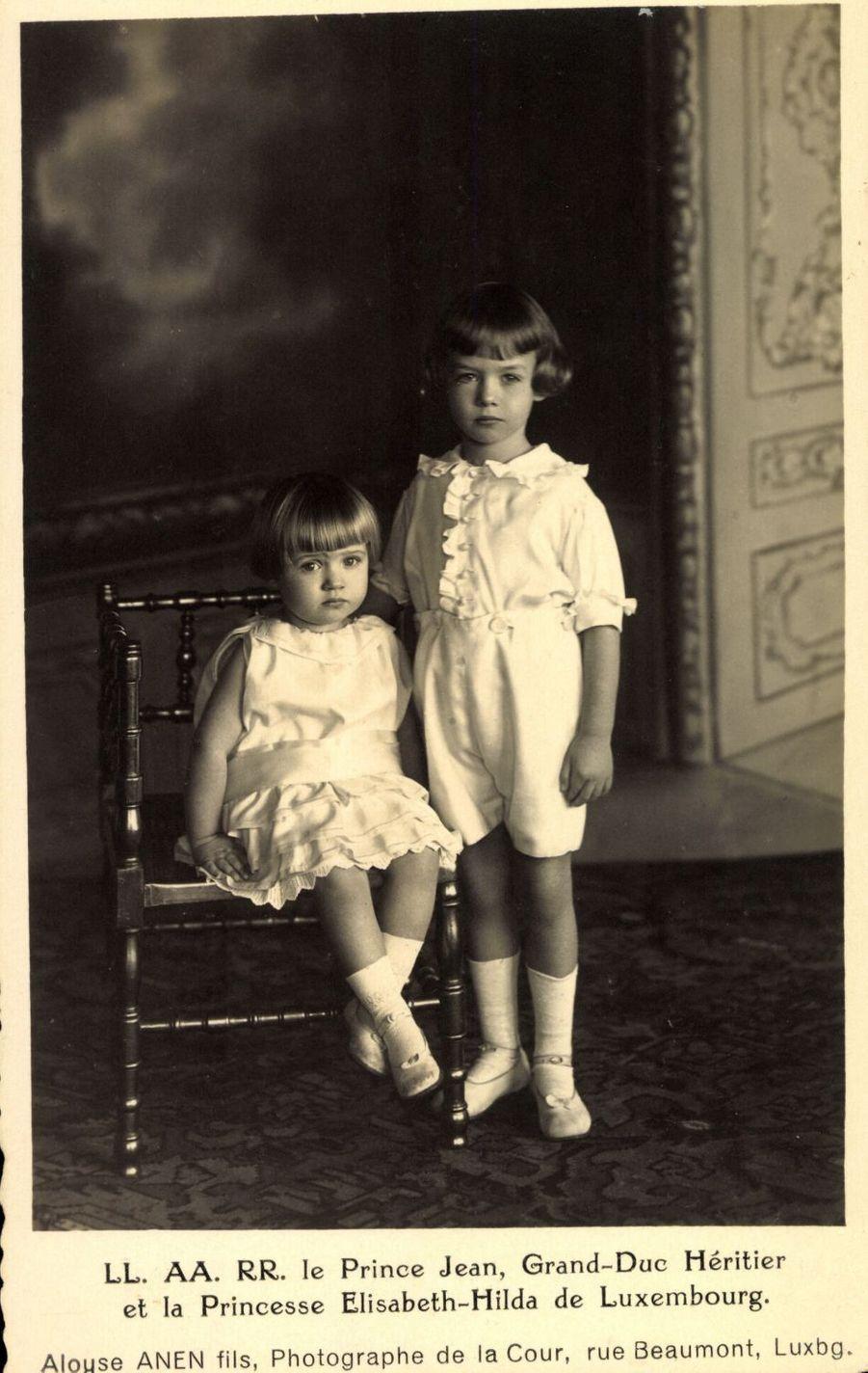 Le prince Jean de Luxembourg avec sa soeur la princesse Elisabeth, dans les années 1920