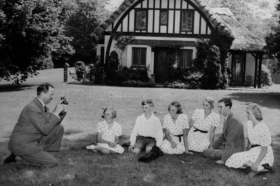 Le prince Jean de Luxembourg avec son père le prince Félix de Bourbon de Parme, ses soeurs et son frère, en exil aux Etats-Unis, le 4 août 1940