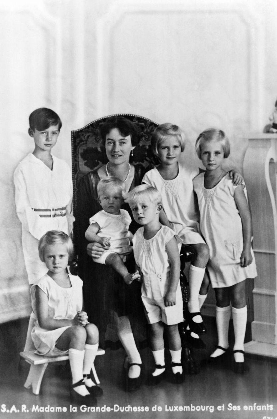 Le prince Jean de Luxembourg avec sa mère la grande-duchesse Charlotte, ses soeurs et son frère, en août 1931