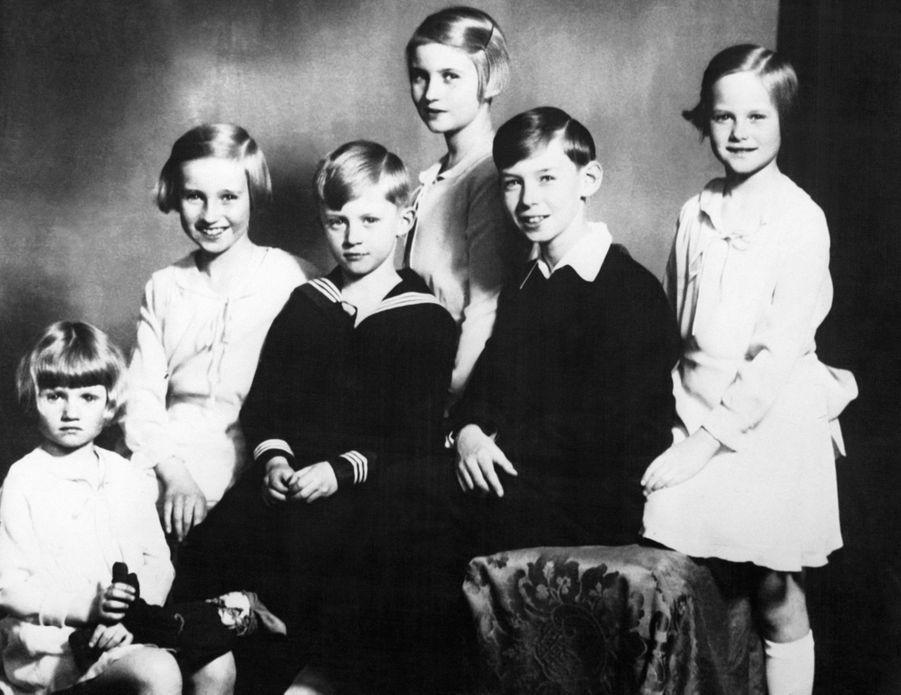 Le prince Jean de Luxembourg avec ses soeurs et son jeune frère, au début des années 1930
