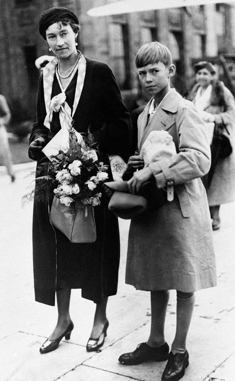 Le prince Jean de Luxembourg avec sa mère la grande-duchesse Charlotte en 1934
