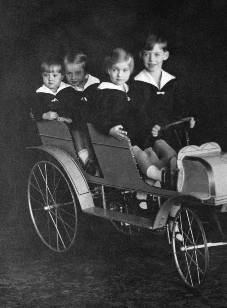Le prince Jean de Luxembourg avec ses soeurs les princesses Elisabeth, Marie-Adélaïde et Marie-Gabrielle, dans les années 1920