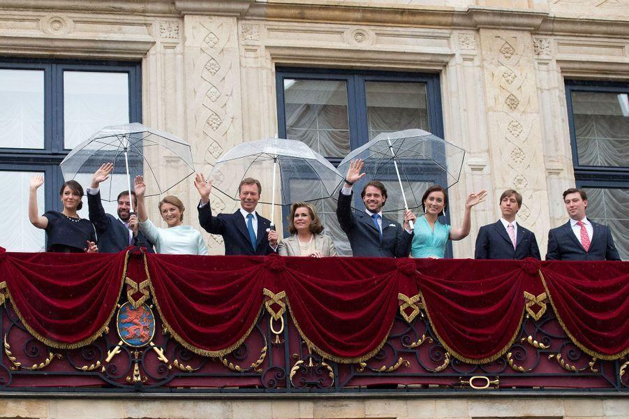 La famille grand-ducale au balcon du Palais à Luxembourg, le 22 juin 2015