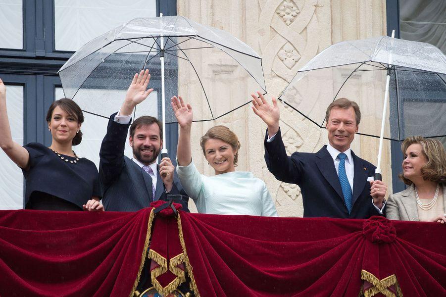 La princesse Alexandra, le couple héritier et le couple grand-ducal au balcon du Palais à Luxembourg, le 22 juin 2015