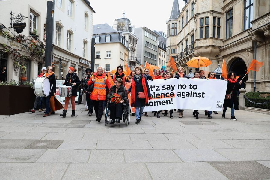 La grande-duchesse Maria Teresa de Luxembourg lors de la marche de solidarité contre les violences faites aux femmes à Luxembourg, le 23 novembre 2019