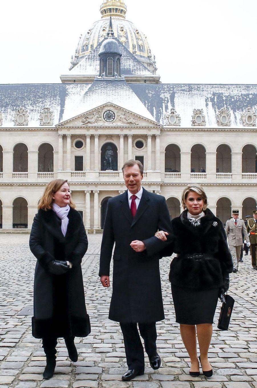 La grande-duchesse Maria Teresa et le grand-duc Henri de Luxembourg dans la cour des Invalides à Paris, le 19 mars 2018