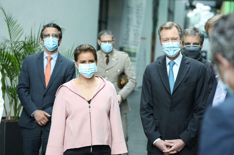 La grande-duchesse Maria Teresa et le grand-duc Henri de Luxembourg, masqués, à Luxembourg le 4 mai 2020