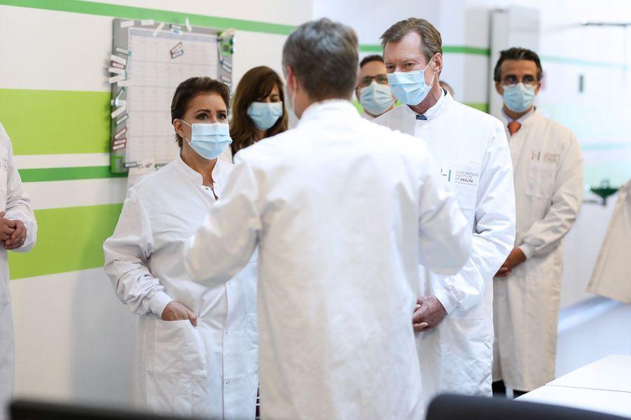 La grande-duchesse Maria Teresa et le grand-duc Henri de Luxembourg en visite au Luxembourg Institute of Health, le 4 mai 2020 à Luxembourg