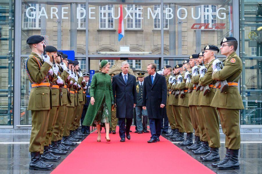 Le grand-duc Henri de Luxembourg accueille la reine Mathilde et le roi des Belges Philippe à la gare de Luxembourg, le 15 octobre 2019