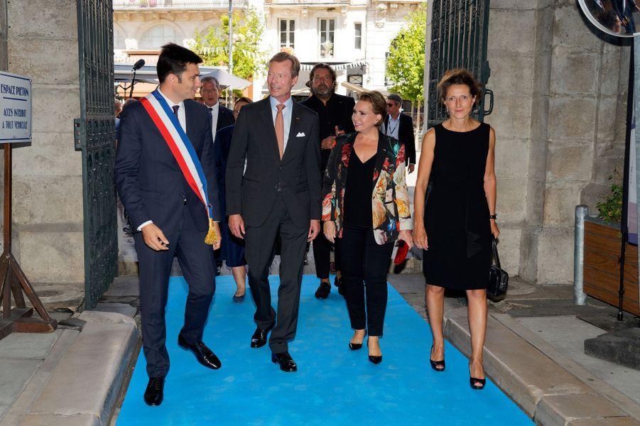 La grande-duchesse Maria Teresa et le grand-duc Henri de Luxembourg avec le maire d'Angoulême, le 24 août 2019