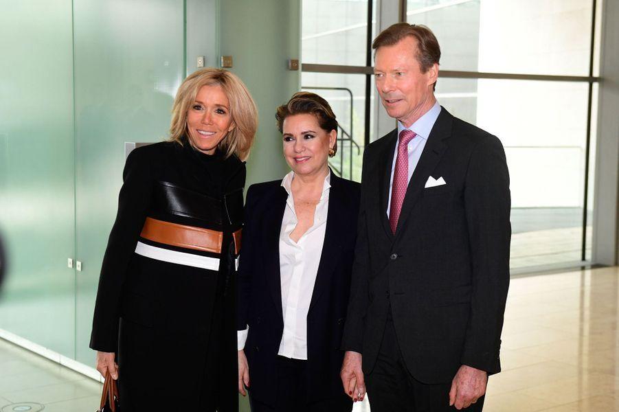 La grande-duchesse Maria Teresa et le grand-duc Henri de Luxembourg avec Brigitte Macron, le 27 mars 2019 à Luxembourg