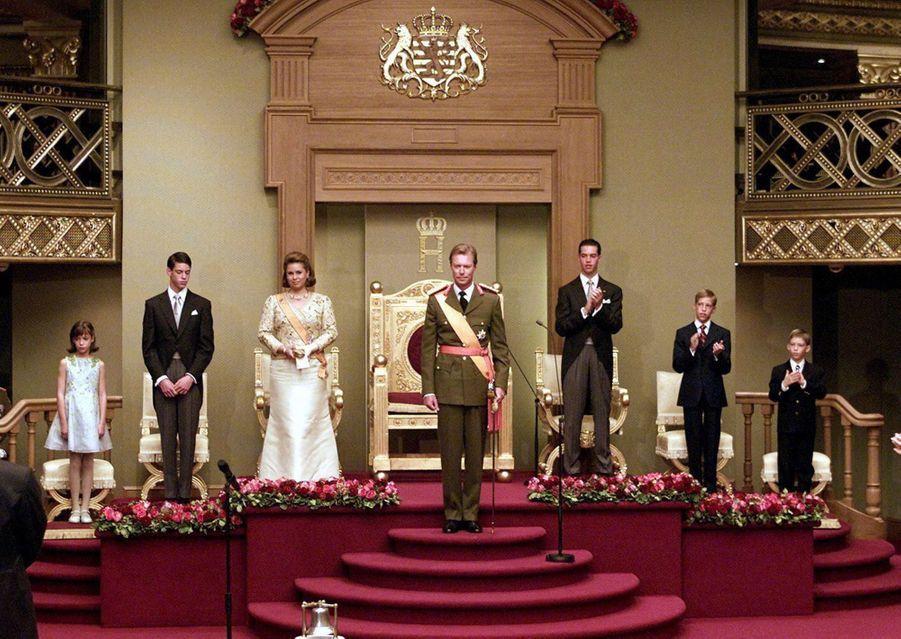 La princesse Alexandra de Luxembourg, avec ses parents et ses frères, le 7 octobre 2000, jour d'intronisation de son père comme grand-duc du Luxembourg