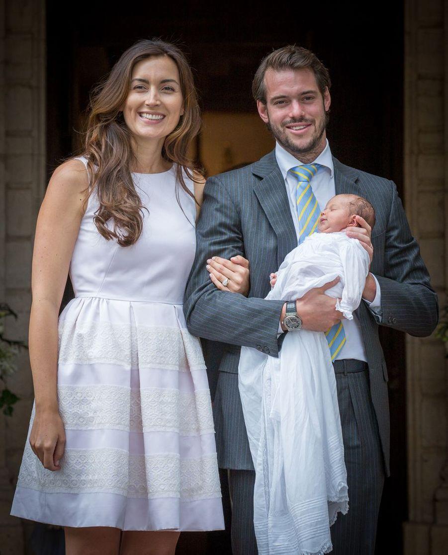 La princesse Claire avec son époux le prince Félix de Luxembourg et leur fille la princesse Amalia le jour de son baptême, le 17 juillet 2014