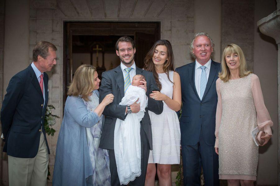 La princesse Claire et le prince Félix de Luxembourg avec leurs parents et leur fille la princesse Amalia, le jour de son baptême, le 17 juillet 2014