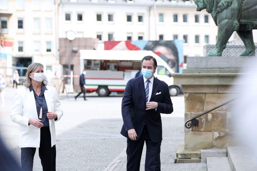 Le prince Guillaume de Luxembourg avec la bourgmestre Lydie Polfer devant l'hôtel de ville de Luxembourg, le 13 mai 2020