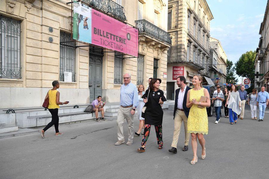 La princesse Stéphanie et le prince Guillaume de Luxembourg dans une rue d'Arles, le 7 juillet 2017