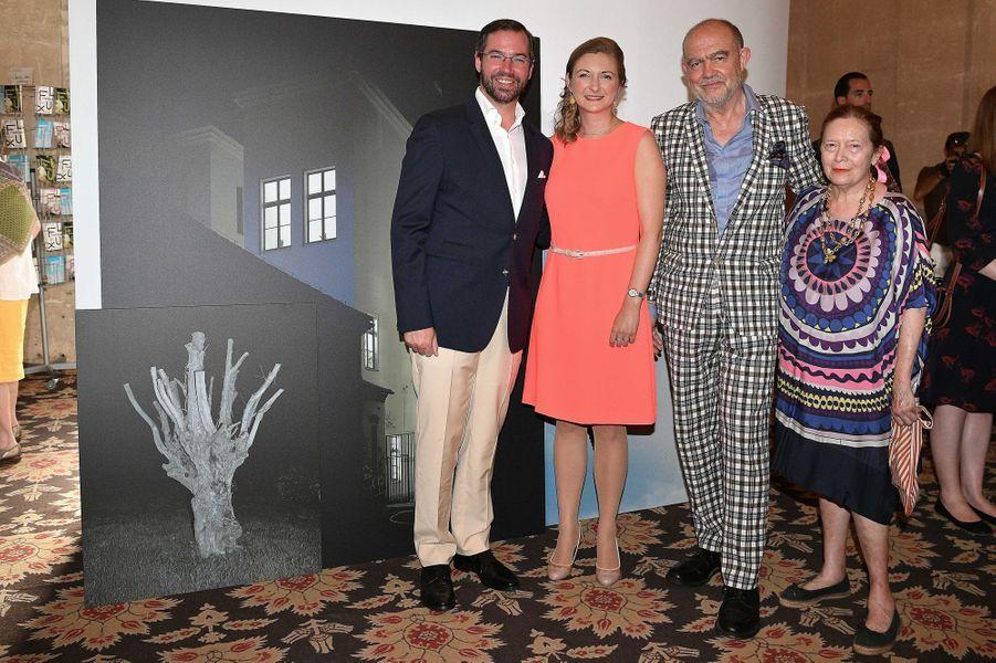 La princesse Stéphanie et le prince Guillaume de Luxembourg avec Christian Lacroix et sa femme à Arles, le 7 juillet 2017