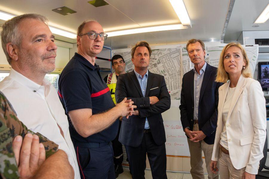Le grand-duc Henri de Luxembourg avec le Premier ministre Xavier Bettel le 10 août 2019 sur les lieux de la tornade dévastatrice de la veille