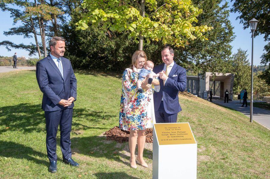 Le prince Charles de Luxembourg avec ses parents le prince héritier Guillaume et la princesse Stéphanie et le Premier ministre Xavier Bettel, à Luxembourg le 21 septembre 2020