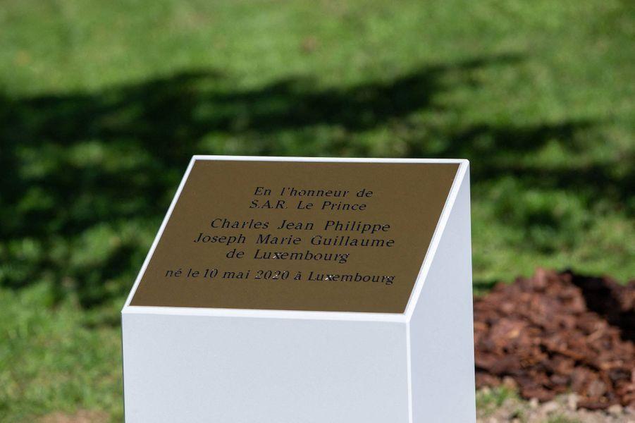 La plaque en l'honneur du prince Charles de Luxembourg au parc Fondation Pescatore à Luxembourg, le 21 septembre 2020