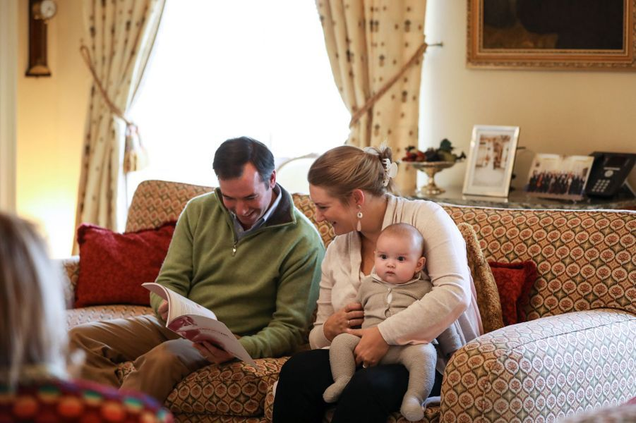 Le petit prince Charles de Luxembourg avec ses parents, la princesse Stéphanie et le prince héritier Guillaume au château de Fischbach, le 13 octobre 2020