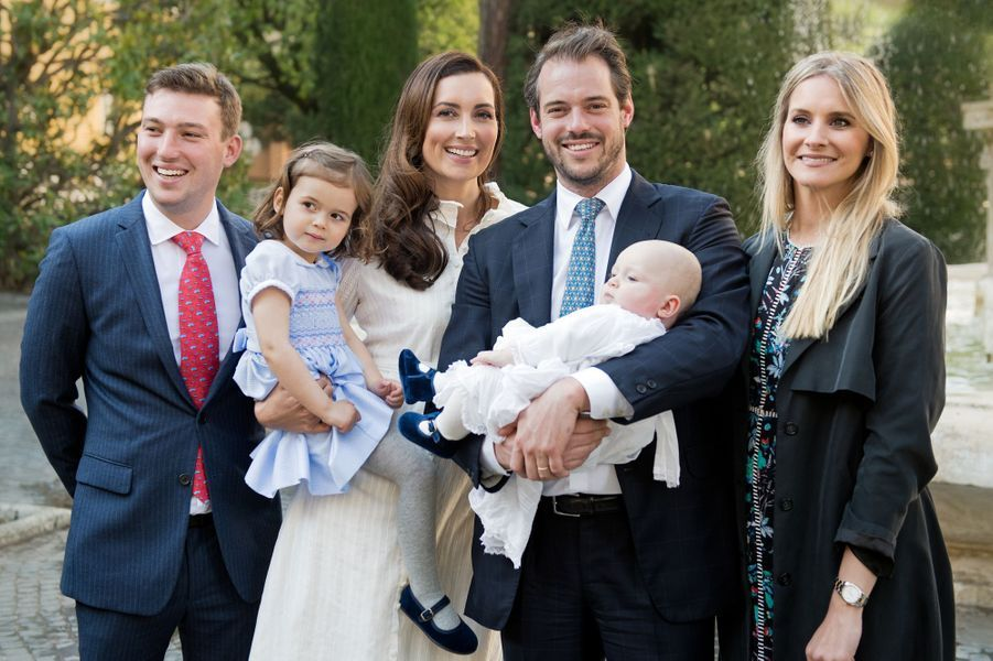 Le prince Liam de Luxembourg avec ses parents, sa grande soeur, son parrain le prince Sébastien et sa marraine lors de son baptême au Vatican, le 22 avril 2017