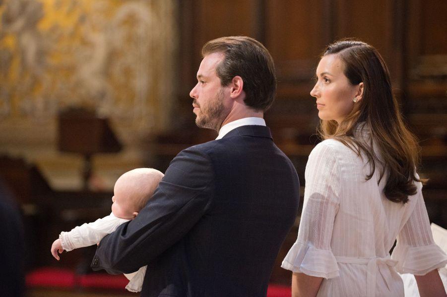 Le prince Liam de Luxembourg avec ses parents le prince Félix et la princesse Claire au Vatican, le 22 avril 2017
