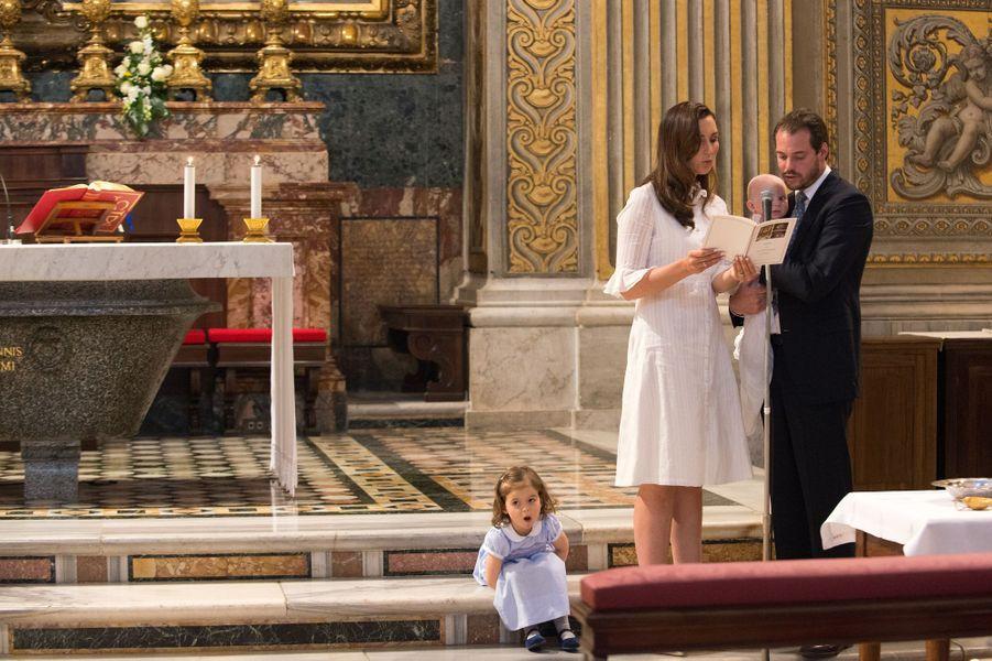 Le prince Liam de Luxembourg avec ses parents et sa grande soeur lors de son baptême au Vatican, le 22 avril 2017