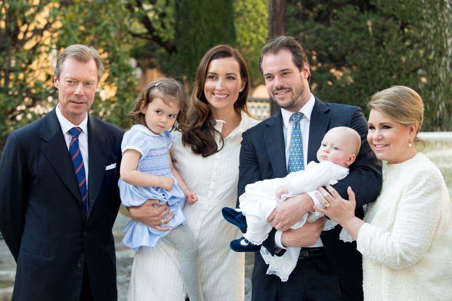 Le prince Liam de Luxembourg avec ses parents, sa grande soeur et ses grands-parents le grand-duc Henri et la grande-duchesse Maria Teresa lors de son baptême au Vatican, le 22 avril 2017