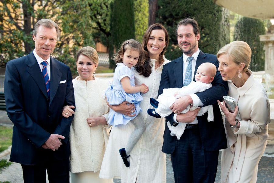 Le prince Liam de Luxembourg avec ses parents, sa grande soeur et ses grands-parents lors de son baptême au Vatican, le 22 avril 2017