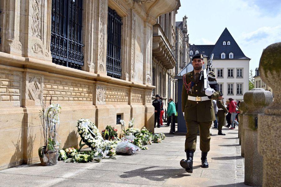 Fleurs déposées pour l'ex-grand-duc Jean de Luxembourg devant le Palais grand-ducal à Luxembourg, le 29 avril 2019