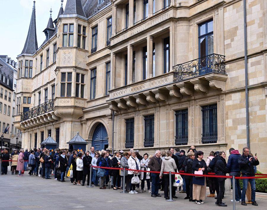 Le public fait la queue devant le Palais grand-ducal à Luxembourg, le 29 avril 2019