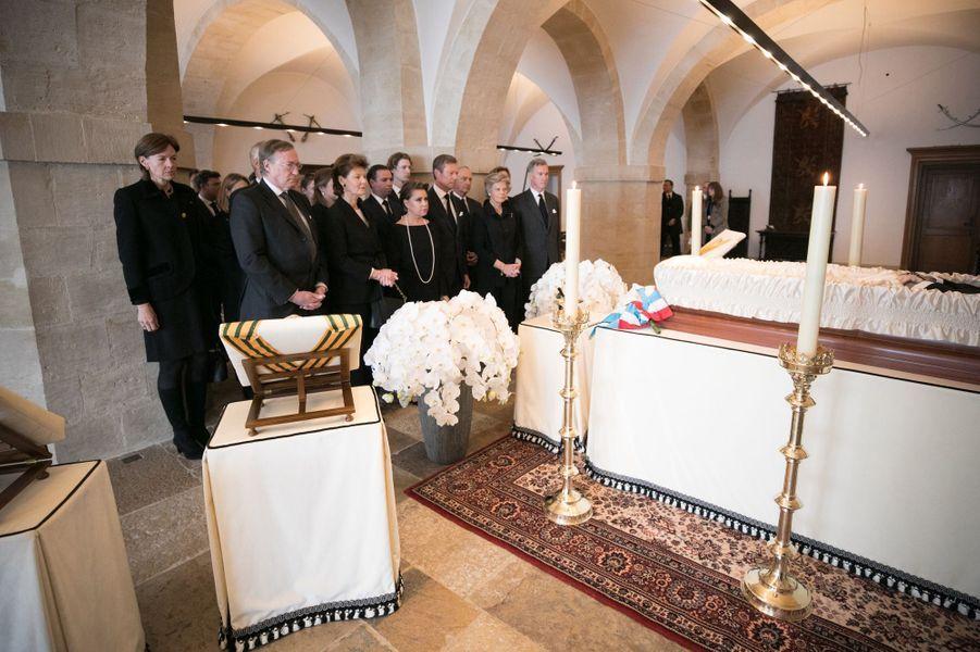 La famille grand-ducale recueillie devant la dépouille mortelle de l'ex-grand-duc Jean de Luxembourg au Palais grand-ducal à Luxembourg, le 28 avril 2019