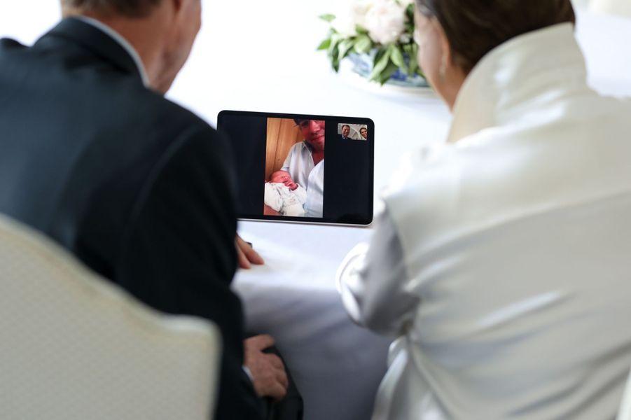 La grande-duchesse Maria Teresa et le grand-duc Henri de Luxembourg découvrent le prince Charles de Luxembourg par Skype, le 10 mai 2020