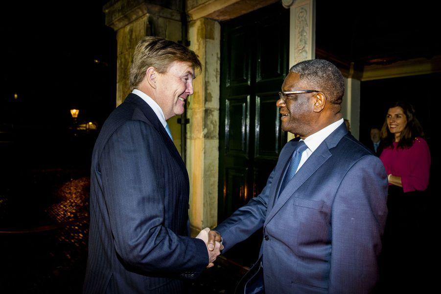 Le roi Willem-Alexander des Pays-Bas avec le Dr Denis Mukwege à La Haye, le 28 novembre 2018