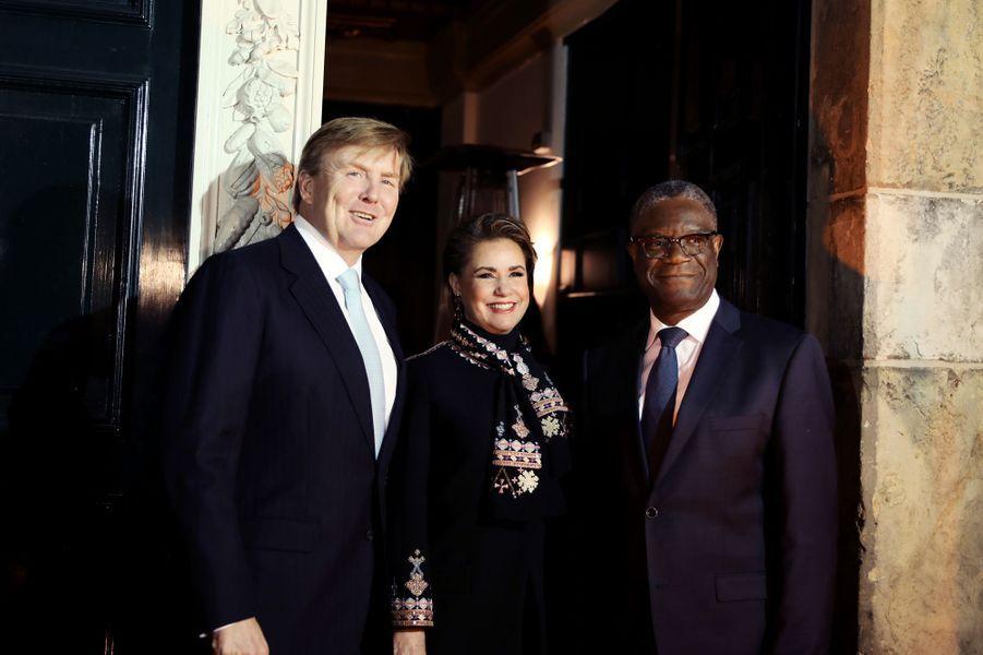 La grande-duchesse Maria Teresa de Luxembourg avec le roi Willem-Alexander des Pays-Bas et le Dr Denis Mukwege à La Haye, le 28 novembre 2018