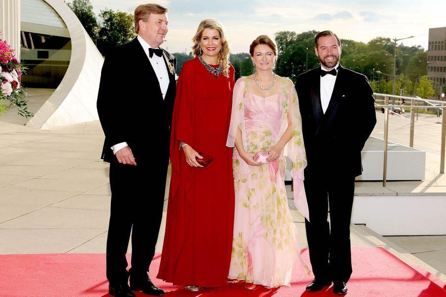 Le prince Guillaume et la princesse Stéphanie de Luxembourg avec le couple royal néerlandais à Luxembourg, le 24 mai 2018