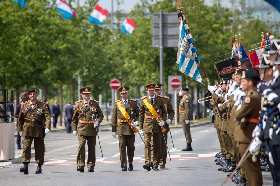 Le grand-duc Henri de Luxembourg avec le grand-duc héritier Guillaume à Luxembourg, le 23 juin 2019