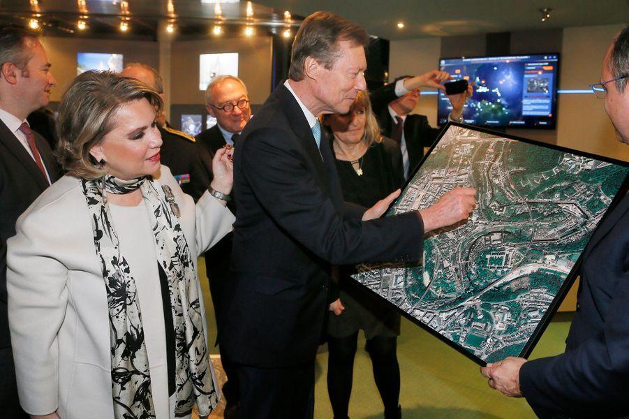 La grande-duchesse Maria Teresa et le grand-duc Henri de Luxembourg devant une photo satellite de Luxembourg à Toulouse, le 21 mars 2018
