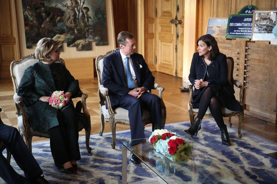 La grande-duchesse Maria Teresa et le grand-duc Henri de Luxembourg avec Anne Hidalgo à l'Hôtel de ville à Paris, le 20 mars 2018